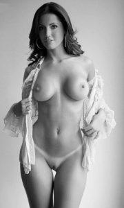 Safada pelada mostrando a marquinha