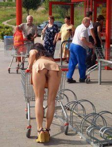Safada agachando de saia sem calcinha