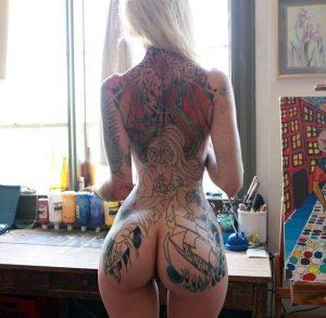 Loira tatuada gostosa