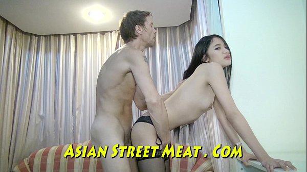 Asiática novinha transando com cara mais velho