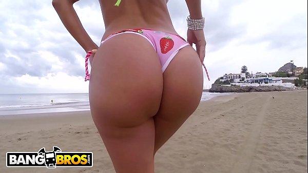 Tirando a roupa e dando a buceta na praia