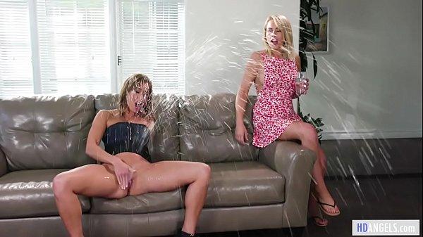 Lésbicas se masturbando e se pegando até gozar Loira novinha chegou na casa da amiga sem avisar, e foi recebida pela morena safada fazendo um squirt depois de se masturbar muito. Mas então, elas começaram a se pegar e depois que estavam peladas, começaram a se masturbar juntas, até gozarem.