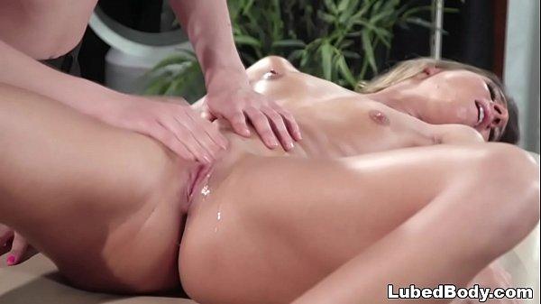 Massagem sensual na lésbica ninfeta pelada