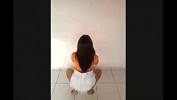 Novinha gostosa dançando sem calcinha