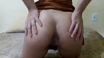 Rabuda de mini saia dando a buceta gostosa