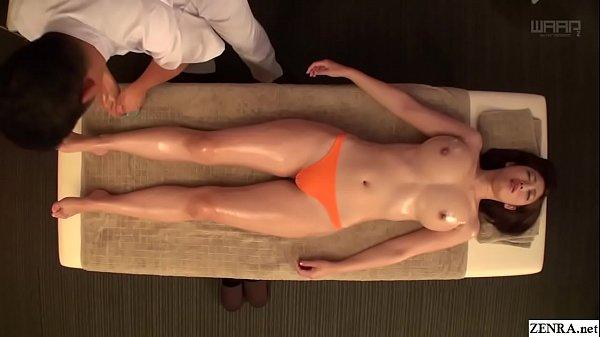 Japonesa peituda em uma massagem sensual