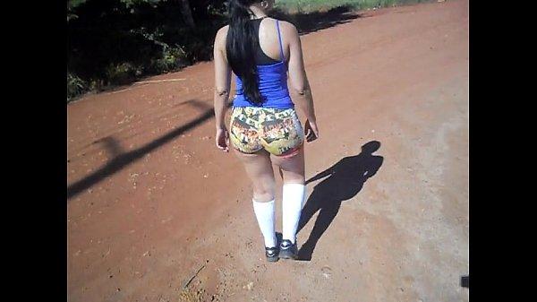 Casada rabuda fazendo caminhada com plug no cu
