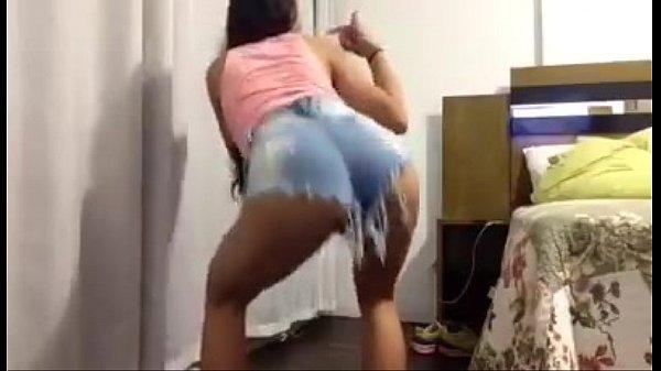 Morena 10/10 dançando funk de shortinho socado