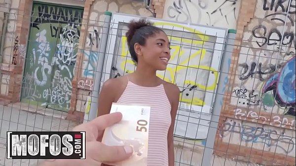 Transando por dinheiro no meio da rua