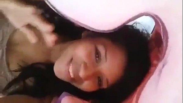 Novinha mostra a pepeka por baixo do cobertor