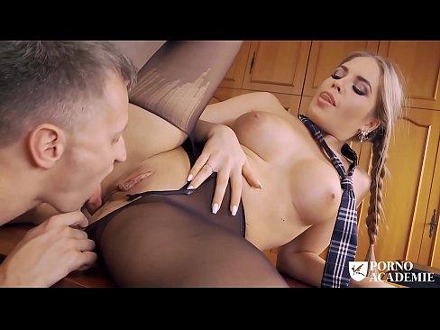Download video porno loira de perna aberta