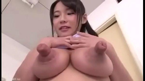 Japonesa bem novinha de peitos bizarros fodendo com 3