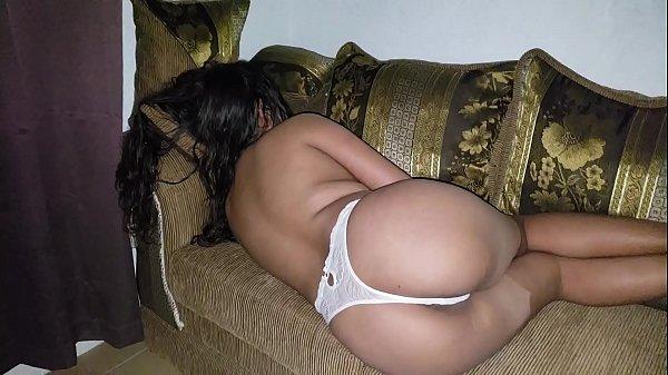 Prima gostosa dormindo no sofá só de calcinha