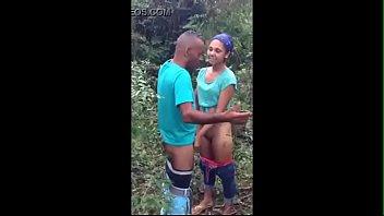 Gata brasileira mostrando buceta no mato