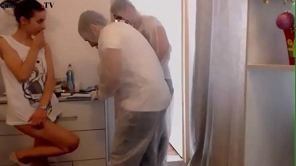 Excitada no trabalho dando para dois homens