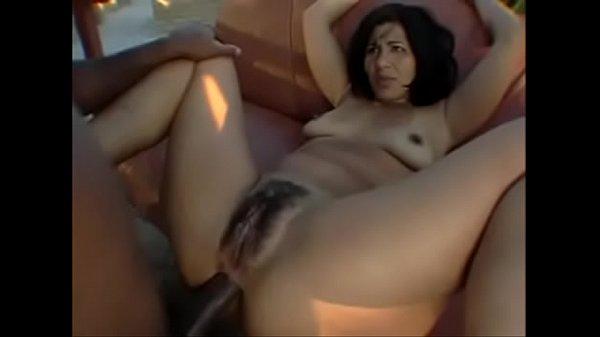 Fudendo o cu cabeludo da novinha de perna aberta