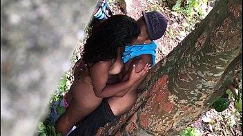 Trepada no mato com a novinha de quatro