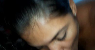 Porno Vip Gozada Na Boca De Ester A Tigresa Depois de uma rebolada espetacular na rola a moreninha no porno vip aparece chupando uma rola com força fazendo um bola gato bem feito e com isso o macho que estava gravando o rosto da amadora ia sempre querendo que ela botasse a rola toda dentro da boca, mas como não conseguiu a Tigresa Ester com muito tesão botou apenas metade e ia sugando com muita saliva, fazendo o safado sentir bem muito tesão enquanto estava sendo chupado por aquela amadora do rabo delicioso. Ela conheceu o cara que liberou o vídeo em um grupo de putaria do zap zap e ele logo em seguida encheu a boca dela de porra e aquela danadinha engoliu muita gala do companheiro que ainda continuou com o pau duro e comeu ela de quatro em cima da cama.
