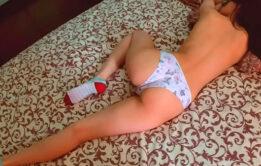Namorada de 18 anos leva pau na buceta gulosa